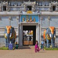 Индия. Храм Шивы в Мурдешваре. Нижняя часть гопурама :: Владимир Шибинский