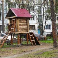 Во дворе МЖК на АБ. :: Олег Афанасьевич Сергеев