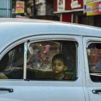 Индийский мальчик в такси :: Марина Семенкова