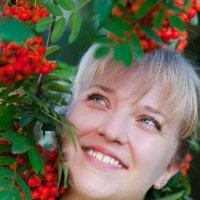 Иринка в рябинке :: Наталья Тривайлова