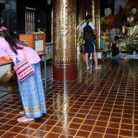 Таиланд. Она записывает свои желания в храме :: Владимир Шибинский