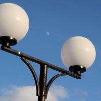 фонари и луна :: Наталья Василькова
