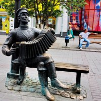 Памятник саратовской гармошке. :: Тамара Бучарская