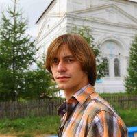 Сынок в монастырском подворье. :: Борис Иконников