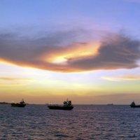 Море, закат, корабли, небо, облака ☺ :: Юрий Казарин