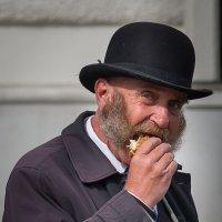 жизнь на асфальте , завтрак извозчика :: человечик prikolist