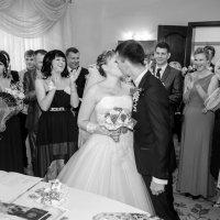 Первый супружеский поцелуй (понравилась реакция гостей) :: Михаил Тарасов