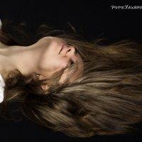 распустила волосы по белым плечам... :: Ульяна Березина