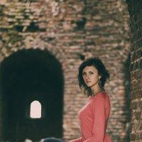 девушка на Крепостной стене :: Ольга Петушкова
