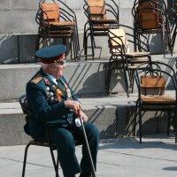 Все меньше ветеранов на гостевых трибунах, все больше свободных мест... Люди, берегите наших ветеран :: ЮРИЙ ТВЕРДОХЛЕБОВ