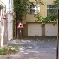 Дорожный знак в одном из двориков южного города :: Александр Скамо