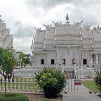 Таиланд. Чанг-Рай. Белый храм (вид сбоку) :: Владимир Шибинский