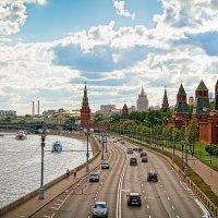Вид на Кремлевскую набережную с Большого Москворецкого моста :: Игорь Иванов