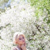 Девушка у цветущей вишни :: Евгения Семенова