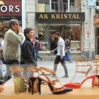 Взгляд на пешеходную  улицу через витрину обувного магазина.. :: Cергей Павлович
