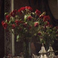 Натюрморт с розами и восточным чайником :: Татьяна Иванова