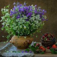 Полевые цветы и любительницы клубники :: Ирина Приходько