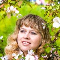 Девушка, Цветущая яблоня :: Екатерина Буслаева Буслаева