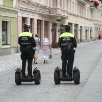 Полицейский патруль в Чехии. Они работают или развлекаются? :: Евгений Кривошеев