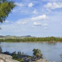 на берегу реки :: юрий Амосов