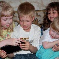Дети у планшета :: Наталья Лунева