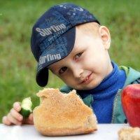 На столе краюшка хлеба... :: Yulia Konovalova