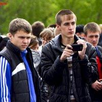 Два парня и смартфон :: Вячеслав Каликин