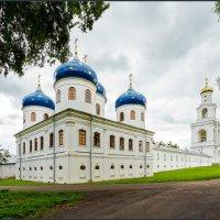 Крестовоздвиженский собор и колокольня  Свято-Юрьева монастыря, 11 век :: Евгений Никифоров