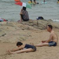На пляже возле гостиниц Транспортные :: Галина