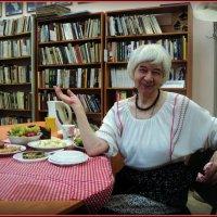 День рождения директора библиотеки, ах да...на фото талантливая гардеробщица библиотеки! :: Ольга Кривых