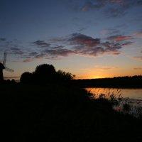 Утомленный закат засыпал над рекой :: Юлия Мов...