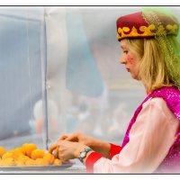 Девочка с абрикосами :: Sergey Kuznetcov