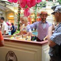 Сегодня праздник в Гуме (бесплатное мороженое всем!!!!) :: Николай