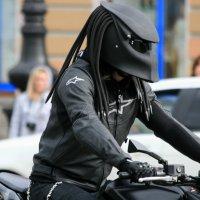 Байкер с мотоциклетным шлемом в стиле «Хищник» :: юрий
