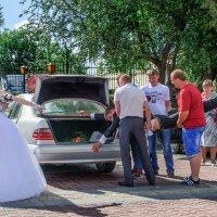 Погрузка багажа невесты... :: Анатолий Клепешнёв
