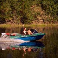 Рассекая спокойствие реки... :: Алексей Хаустов