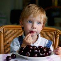 Малыш и черешня :: Виталий Устинов