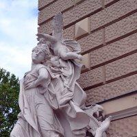 Скульптура оперного театра. :: Raisa Ivanova