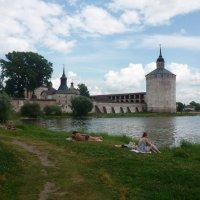 Отдых у монастырских стен :: Svetlana27