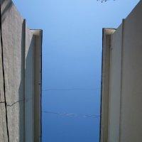Меж двух крыш... :: Павел Зюзин
