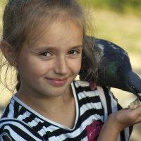 Девочка и голубь :: Владимир Кроливец