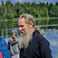 Монах из Иверского монастыря с прихожанами, во время кормления птиц на берегу Валдайского озера. :: Виталий Половинко