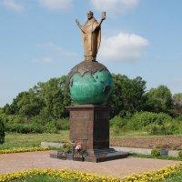 Статуя Николая Угодника на выезде из Солотчи :: Александр Буянов
