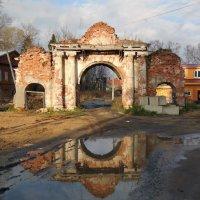 Ворота в ограде церкви Вознесения Господня в Калязине :: Наталья Гусева