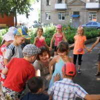 Игры во дворе библиотеки :: Наталья Тимошенко