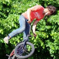 Велосипедный парень. :: юрий