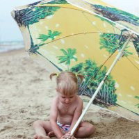 Под зонтиком на пляже :: Алена Горб