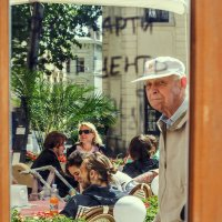 Отражение в зеркальной двери кафе. Львов :: Виктор