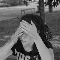 Прикрыв лицо руками :: Настя Емельянцева