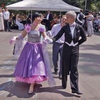 Танцуют полонез. :: Андрей